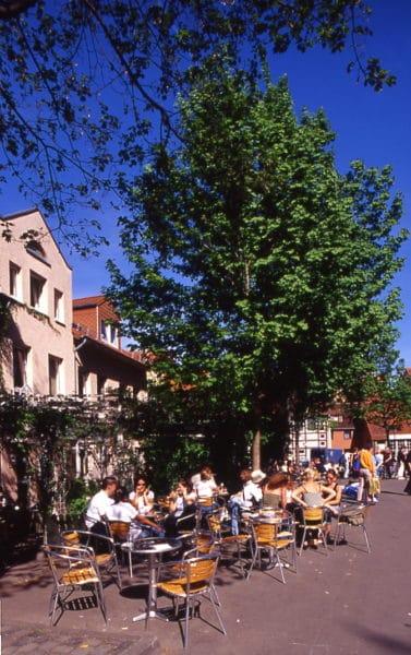 Gäste sitzen auf der Terrasse des ZAK Göttingen