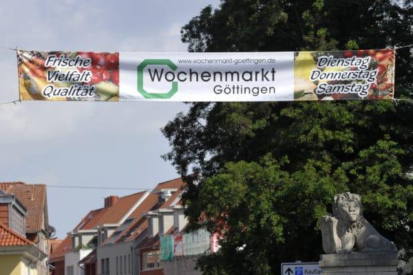 Ein Banner am Eingang zur Innenstadt weist auf den Wochenmarkt hin.