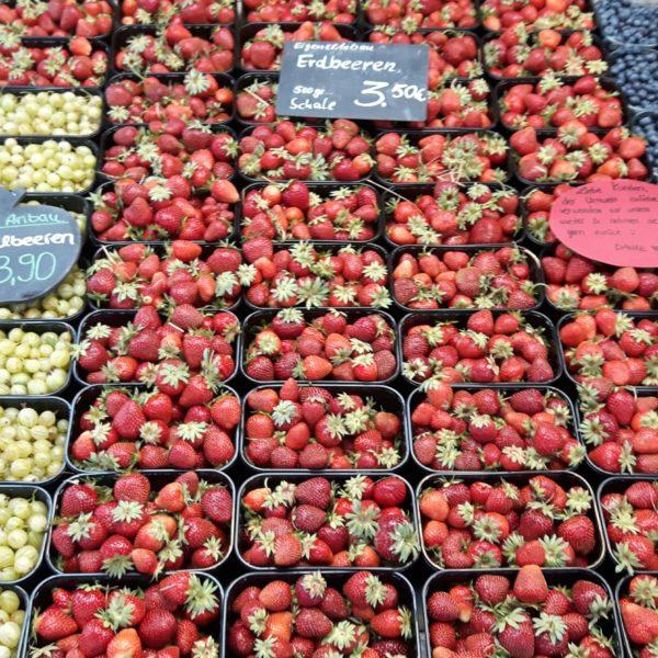 Schale reiht sich an Schale: Frische Erdbeeren, Blaubeeren und Stachelbeeren.