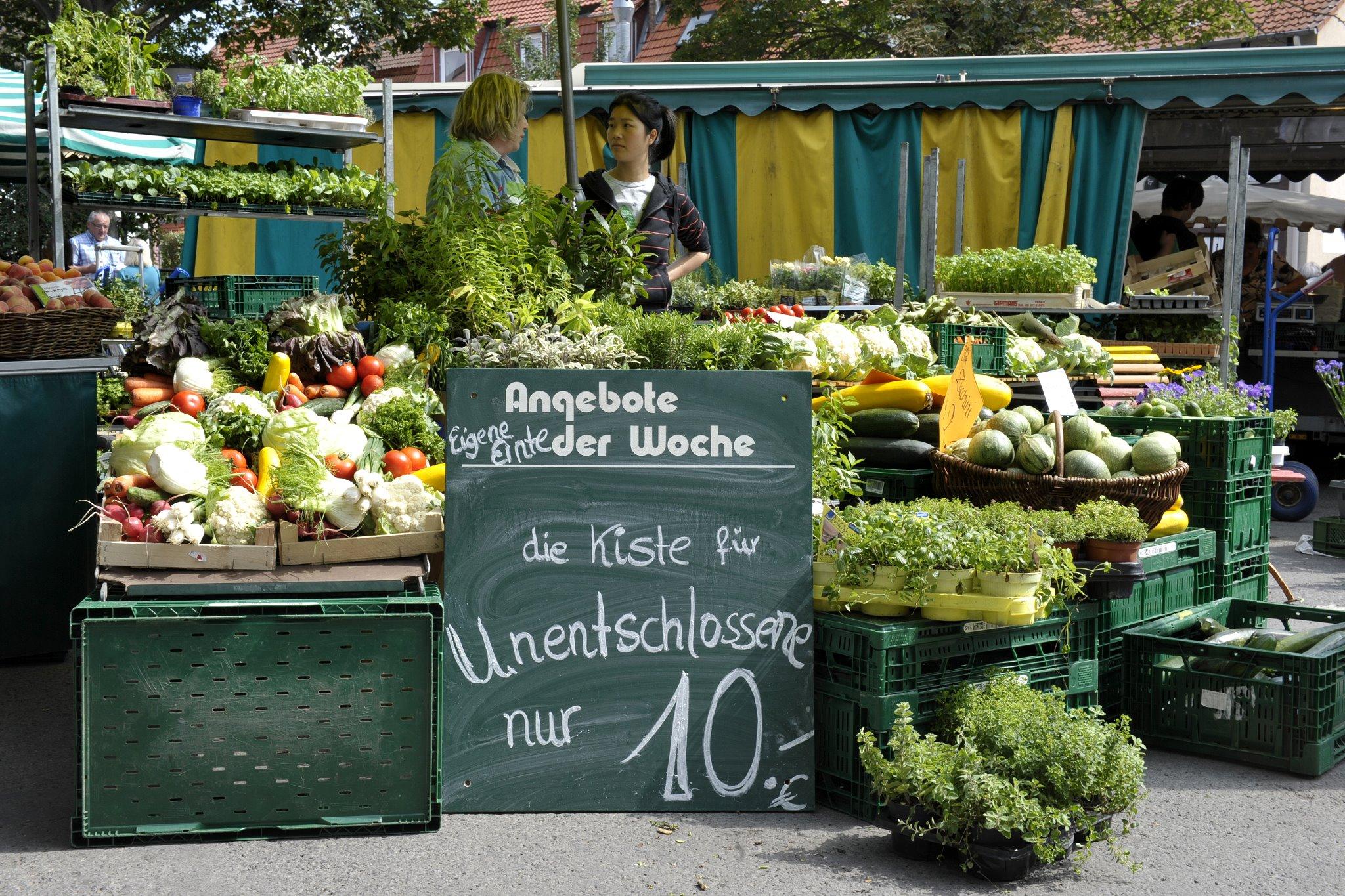 Ein reichlich gefüllter Gemüsestand mit allem was ein Wochenmarkt bieten kann.