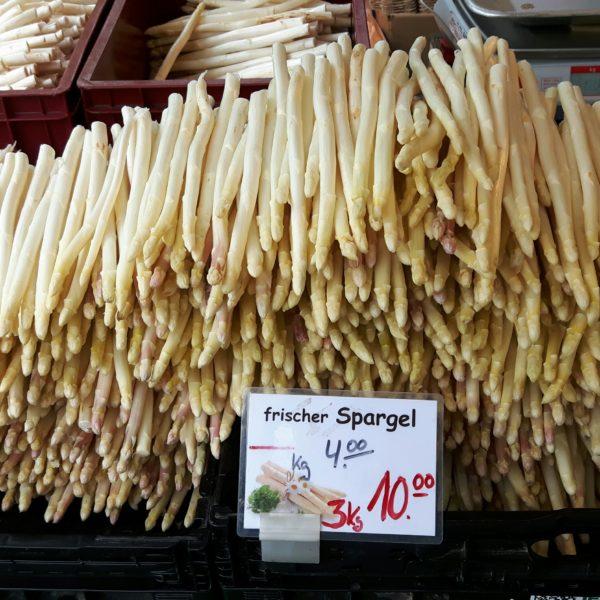 Spargel stapelt sich an den Verkaufsständen - typisch für Mai und Juni