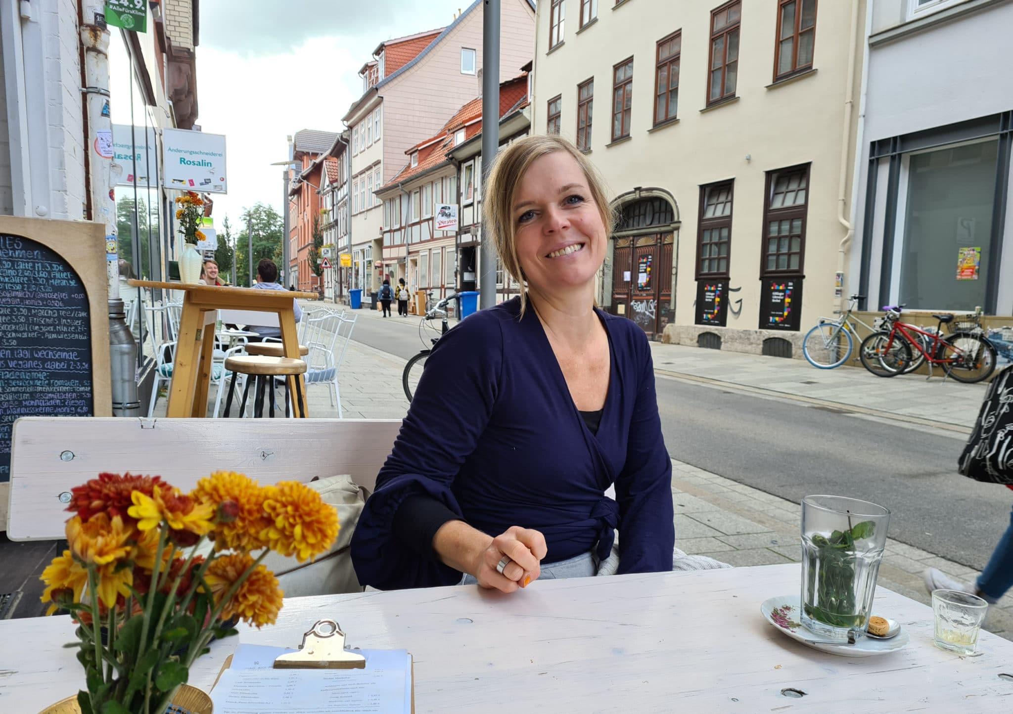 Anja Johannsen im Birds Café mit dem Literaturhaus im Hintergrund.