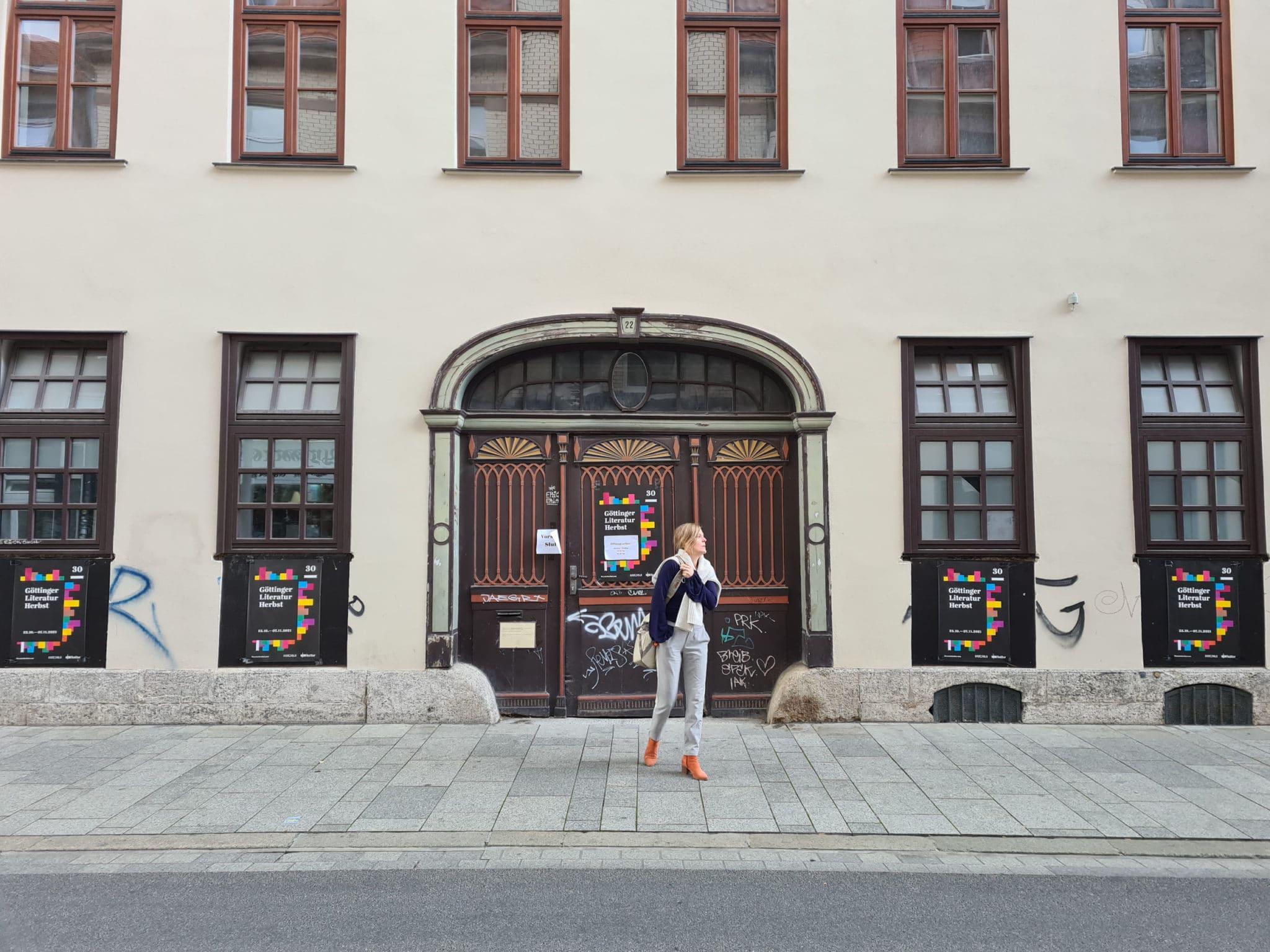 Anja Johannsen vor dem neuen Literaturhaus.