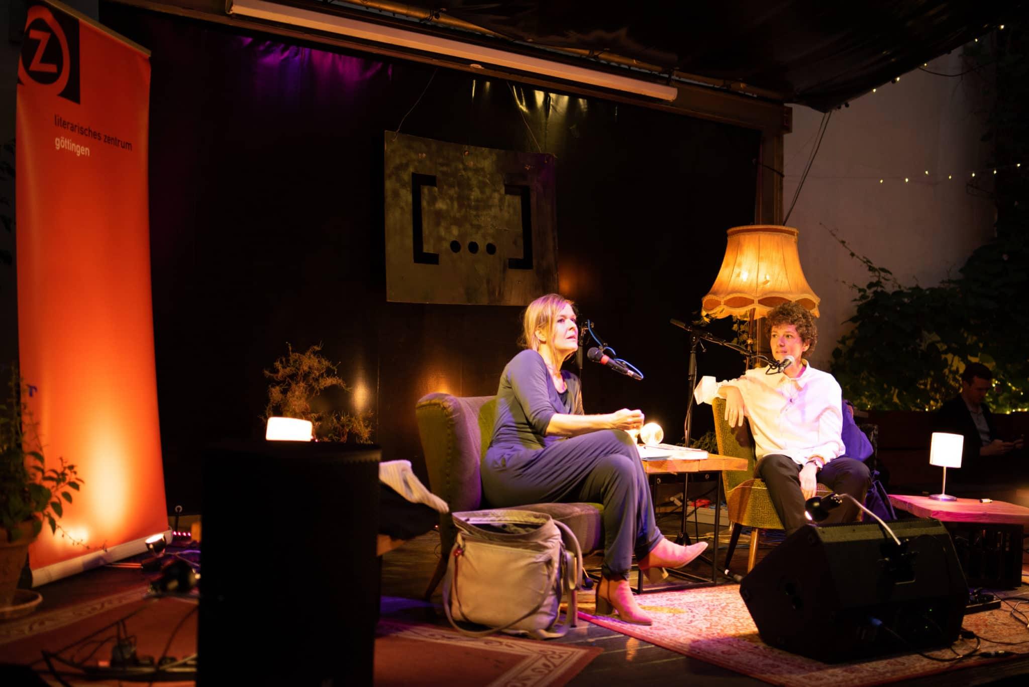Anja Johannsen auf der Dots Bühne im Gespräch mit Sasha Salzmann.